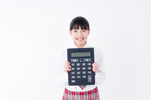 電卓をもつ女子学生