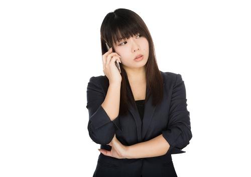 怒りながら電話する女性